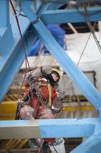 Coating werkzaamheden op hijskraan van de Saipem3000 © Kris Schrijvers