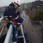 Rado bekijkt de mooie vrouwen vanaf het dak :)