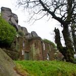 De Don Whillans Memorial Hut met op de achtergrond 'The Roaches Lower Tier'