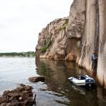 Een Belgische klimster met boot begint aan de route Båttjyven in het gebied Ulorna