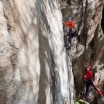 Rik en Jarron oefenen het artificieel klimmen.