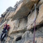 Niels klimt behendig om de ijspegels heen