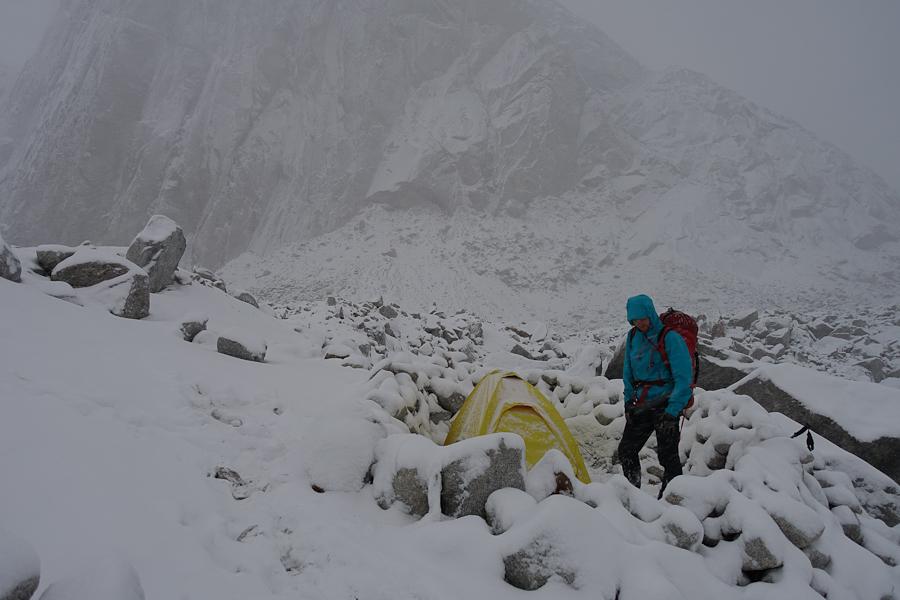 Chris naast onze tent in het winterse Niponino.