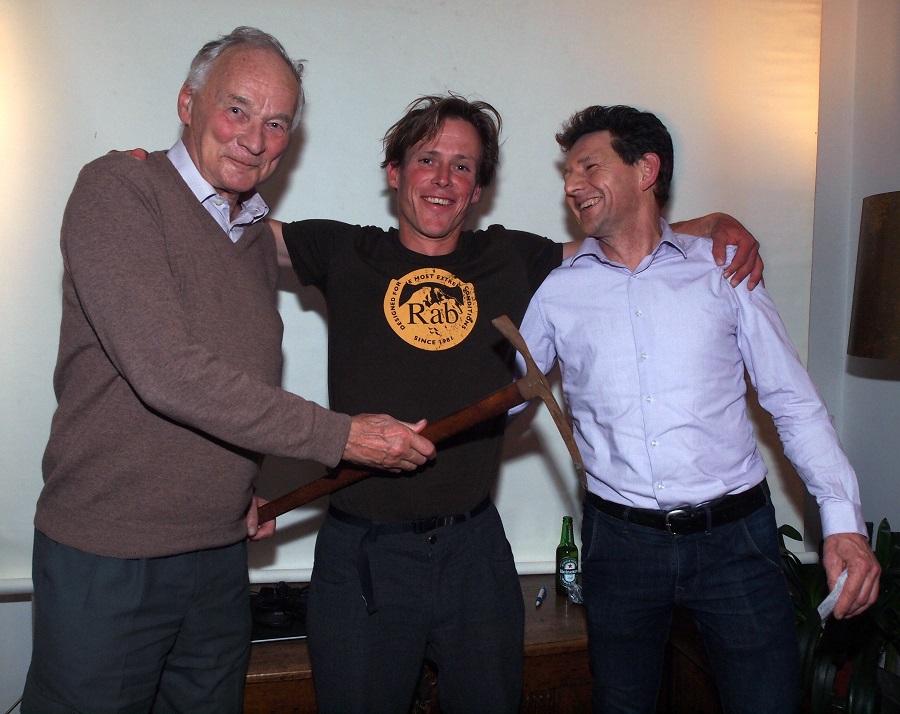 De uitreiking van de Engagement award door Herman Plugge (links) en Peter Valkenburg (foto: Timo de Boer).