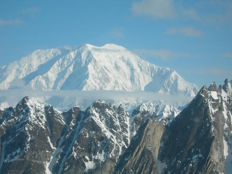 Mount Foraker, de Infinite Spur is de graat die net uit de schaduw tevoorschijn komt.